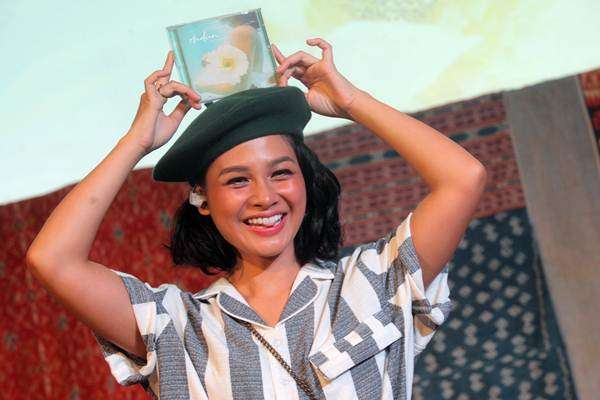 Penyanyi Andien menunjukkan album terbarunya yang bertajuk Metamorfosa pada peluncuran album itu di Jakarta, Rabu (4/10). Dalam album ketujuhnya tersebut menampikan 11 lagu diantaranya Belahan Jiwa dan Indahnya Dunia. - ANTARA/Muhammad Adimaja