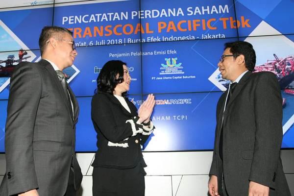 Direktur PT Bursa Efek Indonesia I Gede Nyoman Yetna Setia (kanan), berbincang dengan Direktur Utama  PT Transcoal Pacific Tbk (TCPI) Dirc Richard Talumewo (kiri), dan Komisaris  Aliyah Sianne Salim di sela-sela pencatatan perdana saham PT  TCPI di Jakarta, Jumat (6/7/2018). - JIBI/Dedi Gunawan