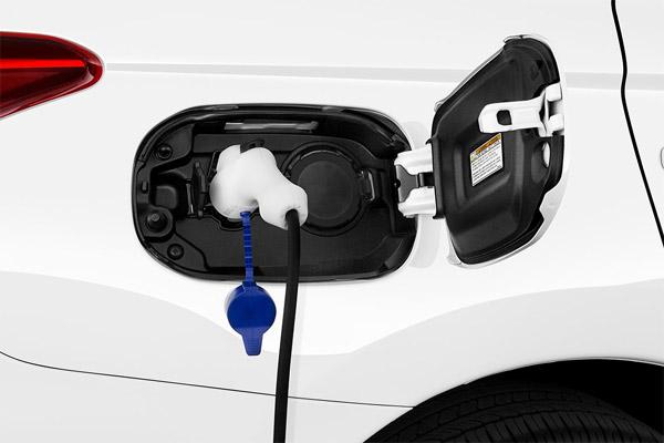 Pengisian daya listrik pada Mitsubishi Outlander PHEV.  - Mitsubishi