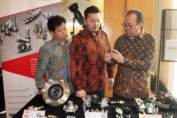 Direktur Utama PT Garuda Metalindo Tbk Ervin Wijaya (dari kanan) bersama Direktur Anthony Wijaya, dan Direktur Rudy Wijaya, mengamati produk suku cadang otomotif, di Jakarta (9/11). - JIBI/Endang Muchtar