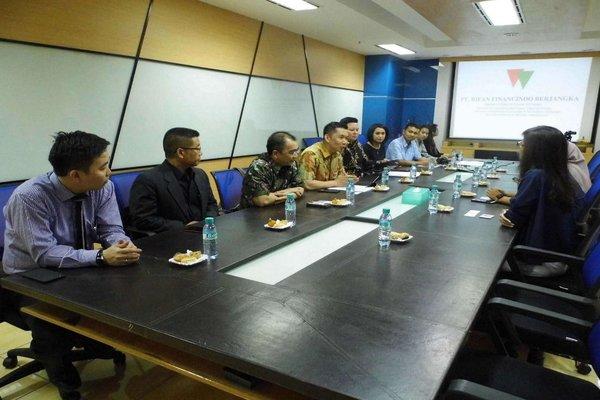Manajemen Rifan Financindo dalam pertemuan beberapa waktu lalu. - JIBI