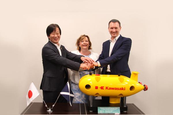 Kenji Tomida, Vice President and Senior Executive Officer, Kawasaki (kiri); Fiona Hyslop, Scottish Cabinet Secretary for Culture, Tourism and External Affairs; dan Steve Ham, Commercial Director, The Underwater Centre (TUV).  - Kawasaki