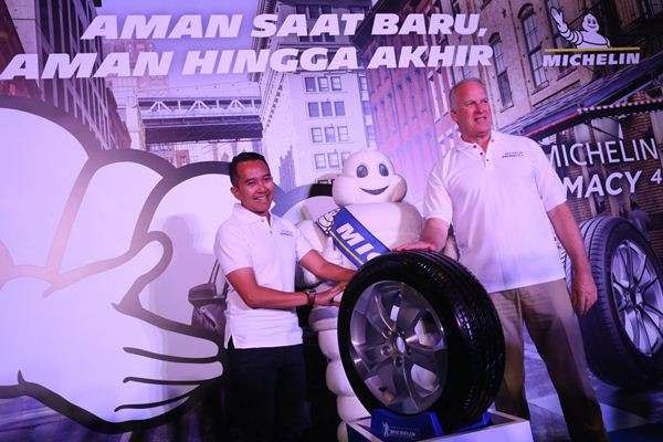 President Director Michelin Indonesia Fritz Mueller (kanan) bersama Marketing Director PT.Michelin Indonesia, Putu Swaditya Yudha (kiri) memperlihatkan kepada media, produk ban terbaru Michelin, Primacy 4 di Jakarta, Jumat (13/7/2018) - ist