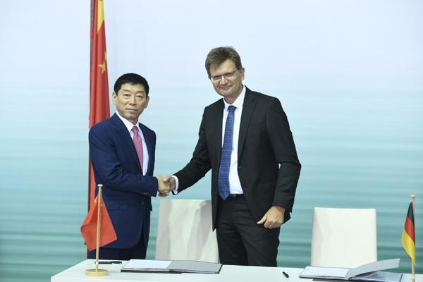 Perjanjian usaha patungan ditandatangani oleh Wei Jianjun, Pendiri dan Ketua Great Wall Motor, dan Klaus Frhlich, Anggota Dewan Manajemen BMW AG untuk Pengembangan.  - BMW Group