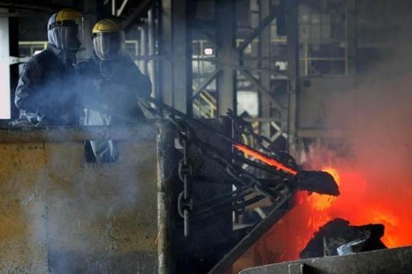 Aktivitas di smelter PT Timah di Muntok, Provinsi Kepulauan Bangka Belitung - Reuters/Beawiharta