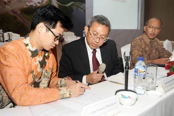 Presiden Direktur PT Merdeka Copper Gold Tbk, (MDKA) Adi Adriansyah Sjoekri (tengah), General Manager Finance Suryadinata Tanu (kiri) dan General Manager Legal Eko Utomo Yuliawan, memberikan paparan publik, seusai RUPST dan RUPSLB di Jakarta, Senin (21/5/2018). - ANTARA/Audy Alwi