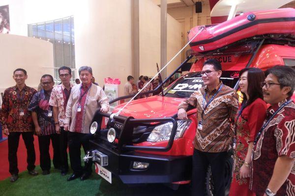 Jajaran direksi PT Astra International Tbk. -- Isuzu berpose dengan kendaraan seriD-Max diGaikindo Indonesia International Auto Show (GIIAS) 2018 yang digelar di ICE BSD, Tangerang, Kamis (2/8). - Yudi Supriyanto