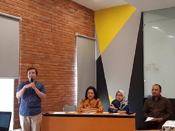 dari kiri ke kanan: Ketua No Tobacco Community Bambang Priyono, Ketua TCSC IAKMI Sumarjati Arjoso, Wakil Ketua Komisi Perlindungan Anak Indonesia (KPAI) Rita Pranawati