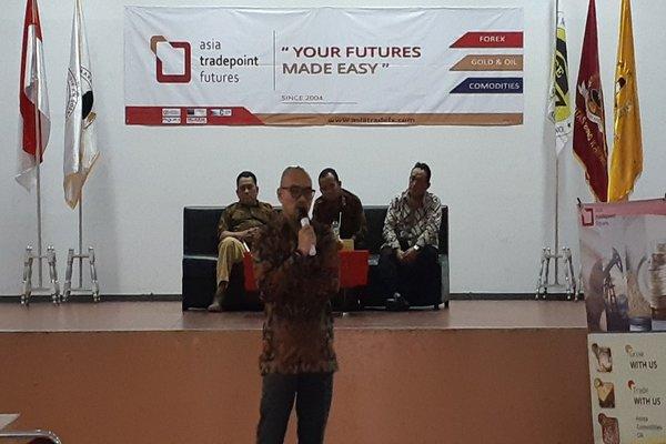Deddy Yusuf Siregar, Analis ATPF<, tengah menyampaikan materi analisis fundamental pasar uang di Universitas Bung Karno, Jakarta, Selasa (21/8/2018). - Mutiara Nabila
