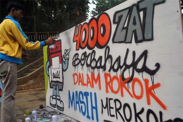Ilustrasi: Anggota komunitas mural Bogor membuat gambar tentang bahaya merokok di Taman Ekspresi, Kelurahan Sempur, Kota Bogor, Jawa Barat, Minggu (28/5). - Antara/Arif Firmansyah