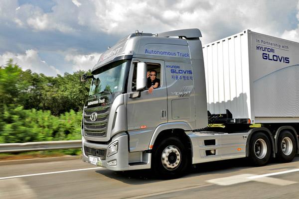 Hyundai Xcient. Hyundai Motor berencana untuk melakukan tes teknologi navigasi otonom lebih lanjut di masa depan .  - HYUNDAI