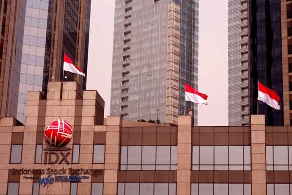 Petugas memasang bendera merah putih di gedung Bursa Efek Indonesia, Jakarta, Selasa (7/8/2018). - JIBI/Nurul Hidayat