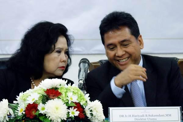 Komisaris Utama PT Hotel Sahid Jaya International Tbk Sarwo Budiwiryanti Sukamdani (kiri) berbincang dengan Direktur Utama Hariyadi B. Sukamdani disela Rapat Umum Pemegang Saham di Jakarta, Jumat (8/6/2018). - JIBI/Nurul Hidayat