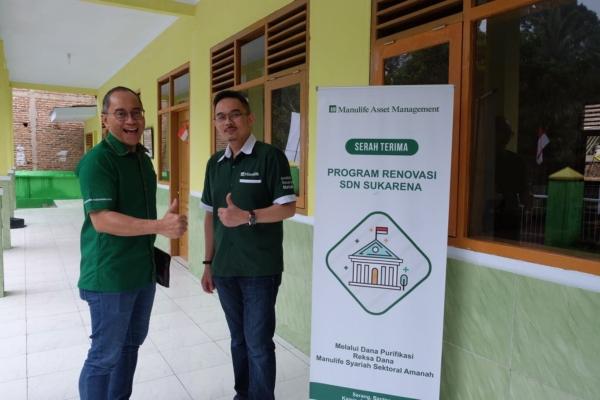 Presiden Direktur PT Manulife Aset Manajemen Indonesia Legowo Kusumonegoro (kiri) di sela-sela penyaluran dana purifikasi reksa dana syariah, Kamis (23/8 - 2018).