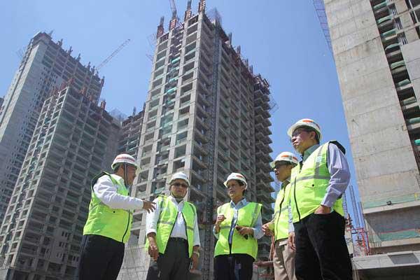 Dirut PT Wijaya Karya Bangunan Gedung (Wika Gedung) Nariman Prasetyo (kiri) meninjau pembangunan proyek CBD di Surabaya, Jawa Timur, Selasa (15/8). - ANTARA/Moch Asim