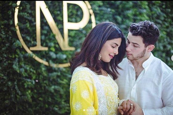 Priyanka Chopra dan Nick Jonas resmi bertunangan pada Minggu (19/8). - Instagram@priyankachopra