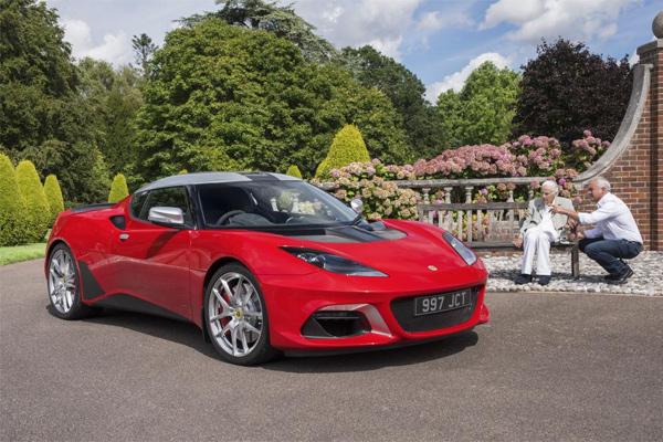 Janda Clive Chapman, dan anaknya Hazel Chapman menyaksikan Evora GT410 Sport edisi terbatas.  - LOTUS CARS