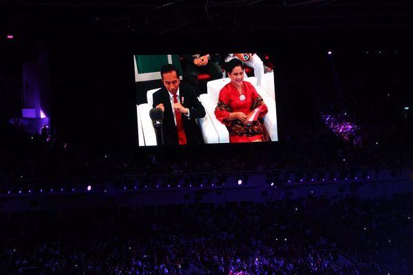 Layar monitor menunjukkan Presiden Joko Widodo (kiri), menggoyangkan tangan didampingi Ibu Negara Iriana Joko Widodo, saat pembukaan Asian Games ke-18 2018 di Stadion Utama Gelora Bung Karno, Senayan, Jakarta, Sabtu (18/8). - JIBI/Dwi Prasetya