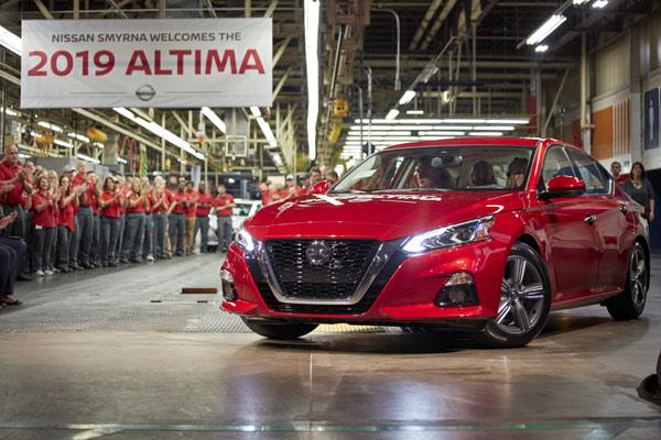Altima yang serba baru tiba di banyak dealer di AS musim gugur ini dan akan diproduksi di pabrik perakitan Nissan Smyrna dan Nissan Canton.  - NISSAN