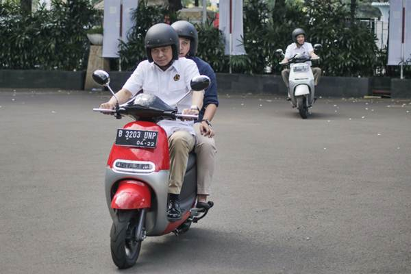 Menteri ESDM Ignasius Jonan (kiri) dan Wakil Menteri Arcandra Tahar (kanan) mengendarai motor listrik Viar Q1, di halaman gedung Heritage Kementerian ESDM Jakarta, Senin (30/10). - JIBI/Felix Jody Kinarwan