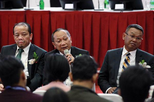 Dirut PT Wijaya Karya Beton Tbk. Hadian Pramudita (tengah) memberikan paparan didampingi Direktur Independen Sidiq Purnomo (kiri), dan Direktur Kuntjara, saat paparan publik, di Jakarta, Senin (19/3/2018). - JIBI/Dwi Prasetya