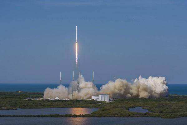 Roket SpaceX Falcon 9 meluncur ke udara dari landasan pacu Cape Canaveral, Florida, Jumat (8/4/2016) dalam foto handout yang disediakan oleh SpaceX. - Reuters