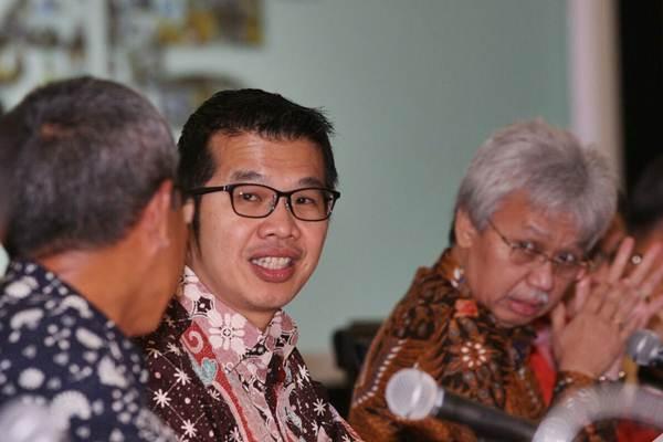 Presiden Direktur PT United Tractors Tbk Gidion Hasan (tengah) memberikan penjelasan mengenai kinerja perusahaan seusai rapat umum pemegang saham tahunan (RUPST), di Jakarta, Senin (16/4/2018). - JIBI/Dedi Gunawan