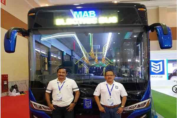 Presiden Direktur Mobil Anak Bangsa (MAB) Leonard (kiri), dan Direktur Teknik MAB Bambang Tri Sasongko di depan bus listrik MAB di Gaikindo Indonesia International Commercial Vehicle Expo (Giicomvec) 2018 di JCC, Sabtu (3/3/2018).  - repro