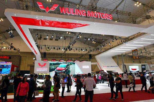 Pengunjung memadati stan Wuling Motors pada ajang Gaikindo Indonesia International Auto Show (GIIAS) 2018 di Bumi Serpong Damai, Tangerang, Senin (6/8/2018). - JIBI/Dwi Prasetya