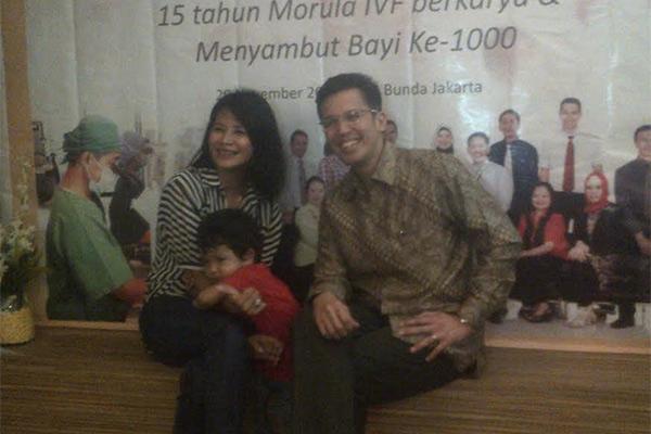 Dr. Ivan R. Sini (kanan) dengan pasiennya, bayi dan orangtua yang ikut program Morula IVF Indonesia. - Rahmayulis Saleh