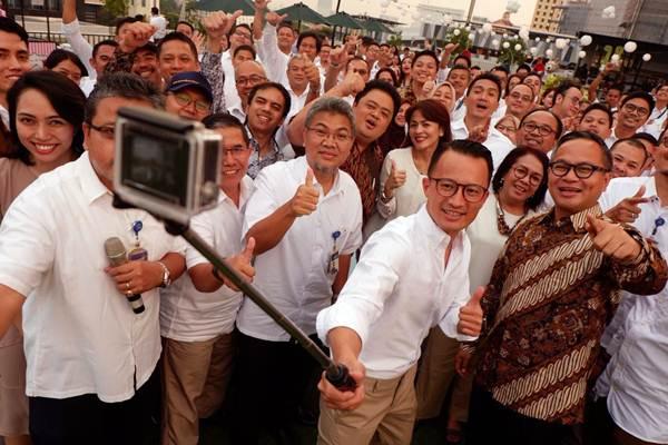 Direktur Utama Bank Mandiri Kartika Wirjoatmodjo (dari kanan) dan Direktur Utama Mandiri Sekuritas Silvano Rumantir berswafoto di sela-sela acara perayaan HUT ke-18 Mandiri Sekuritas, di Jakarta, Selasa (31/7/2018). - JIBI/Nurul Hidayat
