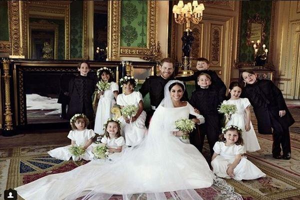Foto resmi pernikahan Pangeran Harry dan Meghan Markle dirilis Kerajaan Inggris lewat Instagram. Pasangan tersebut dikelilingi anak-anak pendamping mempelai. - Instagram@kensingtonroyal