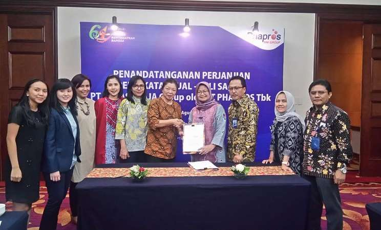Jajaran Direksi PT Phapros Tbk. bersama manajemen PT Lucas Djaja setelah penandatangan akuisisi Lucas Djaja di Jakarta, Rabu (29/8). - Istimewa
