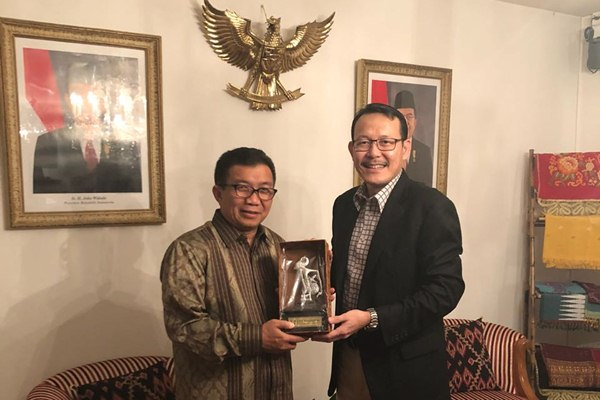 Duta Besar Indonesia untuk Swiss & Lichtenstein, Muliaman D. Hadad saat menerima kunjungan Dirut BPJS Kesehatan Fachmi Idris di Jenewa, Rabu (29/8 - 2018).