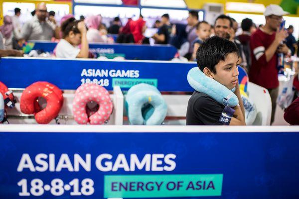 Pengunjung memilah pernak-pernik Asian Games di Merchandise Store di Kawasan Gelora Bung Karno, Senayan, Jakarta, Kamis (23/8). - ANTARA FOTO/M Agung Rajasa