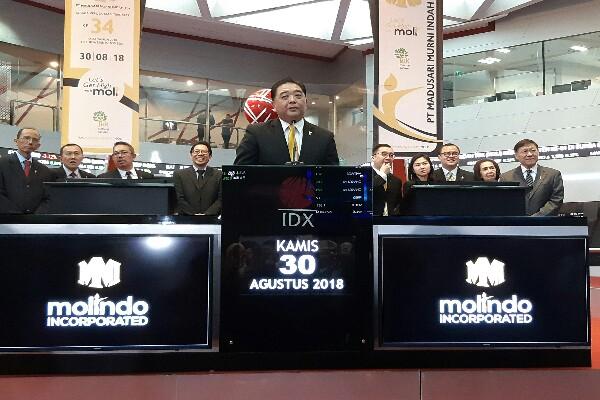 Direktur Utama PT Madusari Murni Indah Tbk. Arief Goenadibrata saat membuka perdagangan saham perdana perseroan di Gedung Bursa Efek Indonesia (BEI). Emiten dengan sandi MOLI tersebut melepas 351 juta saham atau 15,03% dari modal ditempatkan perseroan, dengan total raihan dana mencapai Rp203,8 Miliar - Dara Azilya