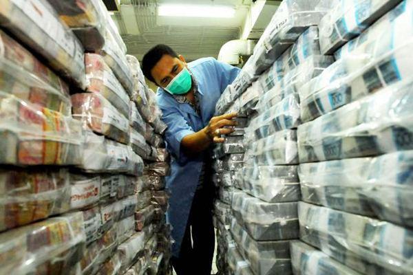 Petugas menata tumpukan uang rupiah. - JIBI/Rachman