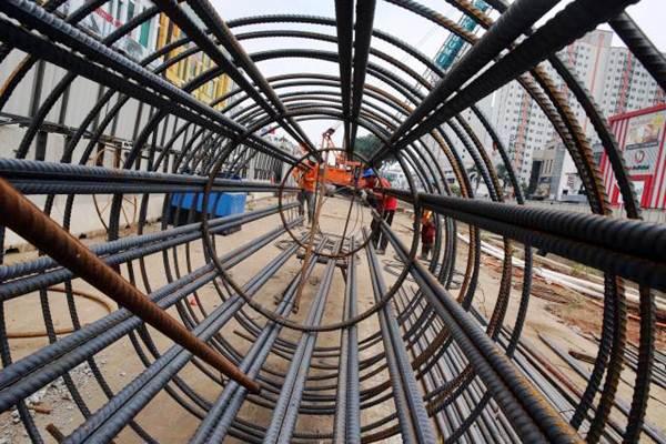 Aktivitas di proyek pembangunan Light Rapid Transit (LRT) di Kelapa Gading, Jakarta. - JIBI/Abdullah Azzam