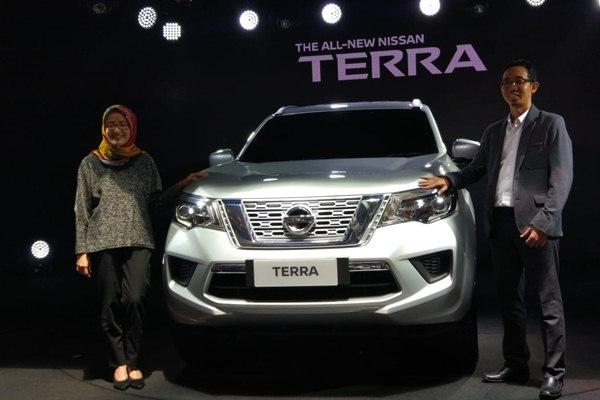 Head of Communications Nissan Motor Indonesia Hana Maharani (kiri) bersama Anton Khristanto, Manager R&D Nissan Motor Indonesia (kanan)saat memperkenalkan All New Nissan Terra di Semarang, Jumat (31/8 - 2018).