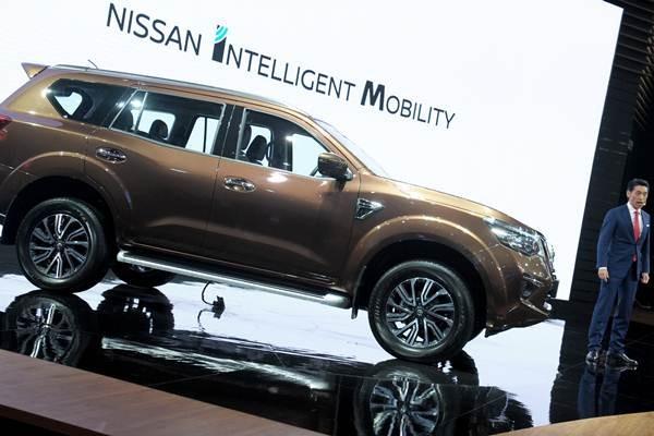 Presdir PT Nissan Motor Indonesia Eiichi Koito (kanan) saat peluncuran model terbaru New Nissan Terra di ajang pameran otomotif Gaikindo Indonesia International Auto Show (GIIAS) 2018 di ICE-BSD, Tangerang, Banten, Kamis (2/8/2018). - ANTARA/Zarqoni Maksum