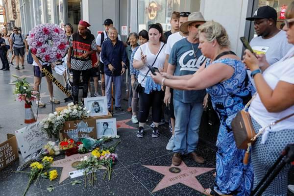 Kerumunan warga yang berkumpul di sekitar foto bintang Aretha Franklin di Hollywood Boulevard di Los Angeles, California, AS, 16 Agustus 2018 - REUTERS