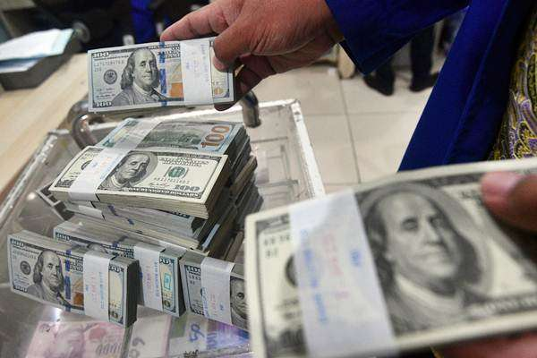 Petugas menata tumpukan uang dolar AS di Cash Center Bank Mandiri, Jakarta - ANTARA