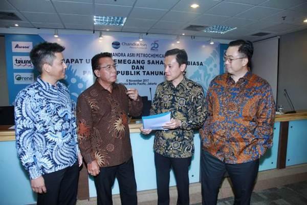 Presiden Direktur PT Chandra Asri Petrochemical Tbk (CAP) Erwin Ciputra (kedua kanan), berbincang bersama Presiden Komisaris Djoko Suyanto (kedua kiri), Komisaris Agus Salim Pangestu (kanan), dan Wakil Presiden Direktur Kulachet Dharachandra seusai Rapat Umum Pemegang Saham Luar Biasa di Jakarta, Senin (6/11). - JIBI/Nurul Hidayat