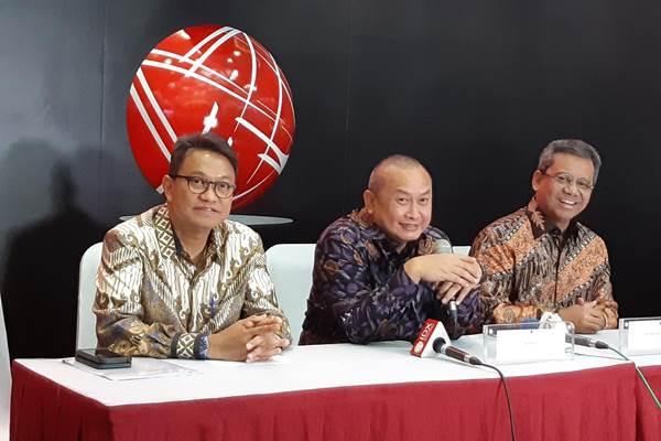 Direktur Perdagangan dan Pengaturan Anggota Bursa BEI Laksono Widodo (kiri), Kepala Eksekutif Pengawas Pasar Modal OJK Hoesen (tengah), dan Kepala Badan Kebijakan Fiskal Suahasil Nazara (kanan) saat memberikan penjelasan mengenai kondisi pasar, Jumat (7/9/2018). - Bisnis/Tegar Arif