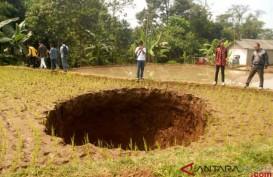 Bukan Mistis, Ini Penyebab Tanah Amblas Berbentuk Oval di Sukabumi