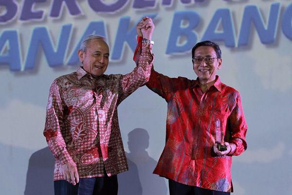 Wakil Presiden ke-11 Boediono (kanan) dan pendiri Yayasan Pelayanan Kasih A&A Rachmat T.P. Rachmat, pada Scholar Conference 2018 di Jakarta, Rabu (12/9). Acara tersebut diikuti 61 pimpinan perguruan tinggi dan penerima beasiswa se-Jabodetabek dan Jawa Barat untuk memberikan pengetahuan mengenai dunia kerja. JIBI/Bisnis - Dwi Prasetya