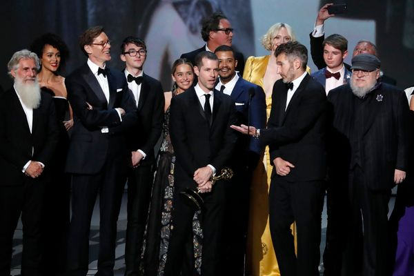 "Para kru dan pemain serial ""Game of Thrones"" berkumpul di panggung untuk menerima penghargaan serial drama terbaik dalam Emmy Awards 2018 di Los Angeles, California, AS, Sennin (17/9). - Reuters/Mario Anzuoni"