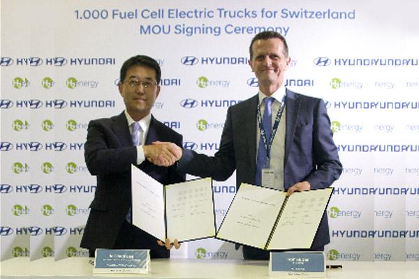 Wakil Presiden Eksekutif Hyundai Motor dan Kepala Divisi Kendaraan Komersial, In Cheol Lee, serta Ketua H2E, Rolf Huber.  - Hyundai