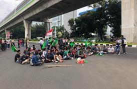 Massa HMI Ciputat Bakar Ban di Depan Gedung Baharkam Mabes Polri