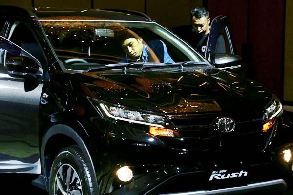 Pengunjung mengamati mobil Toyota All New Rush seusai peluncurannya di Jakarta, Kamis (23/11/2017). - JIBI/Nurul Hidayat